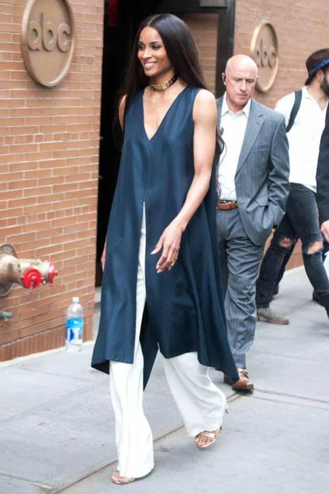 Синее платье с белыми брюками