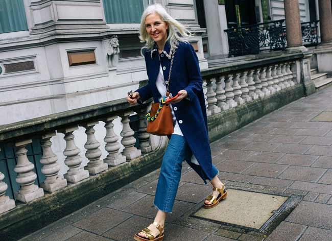 Модный образ укороченные джинсы клёш