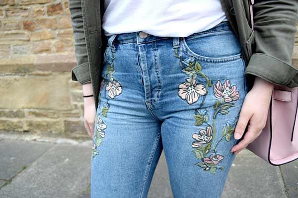 Джинсовые брюки с вышивкой