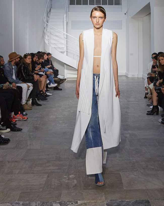 Сочетание белого и синего цвета на джинсах
