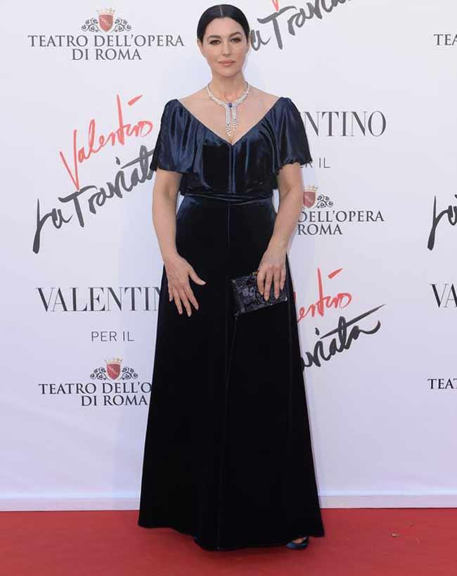 Светское мероприятие Моника Беллуччи в длинном бархатном платье