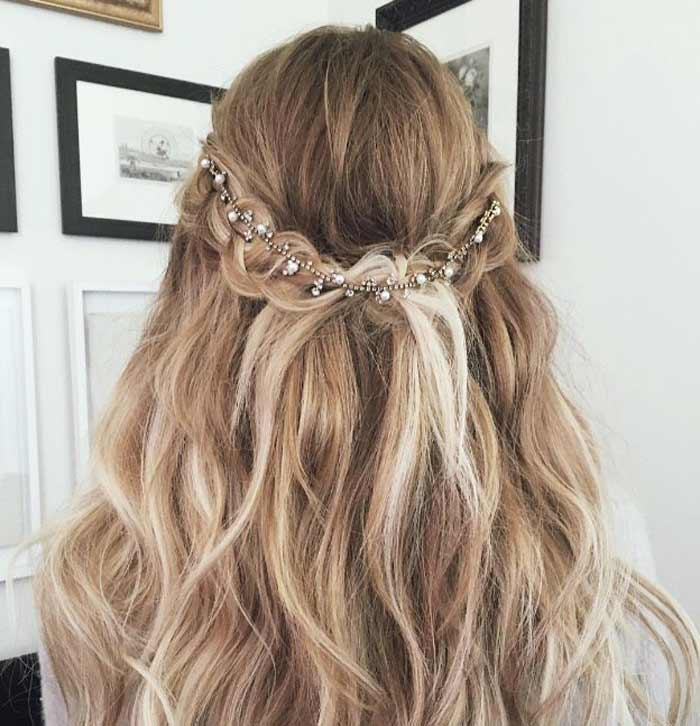 Стрижка на длинные волосы и украшения в стиле Бохо