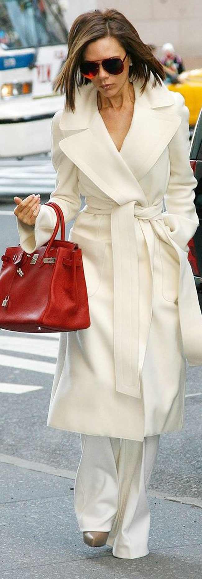 Белое пальто и красная сумка