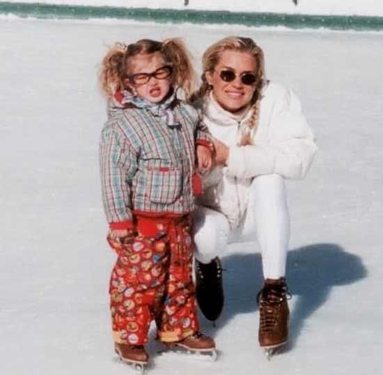 Джиджи с мамой зимой на коньках
