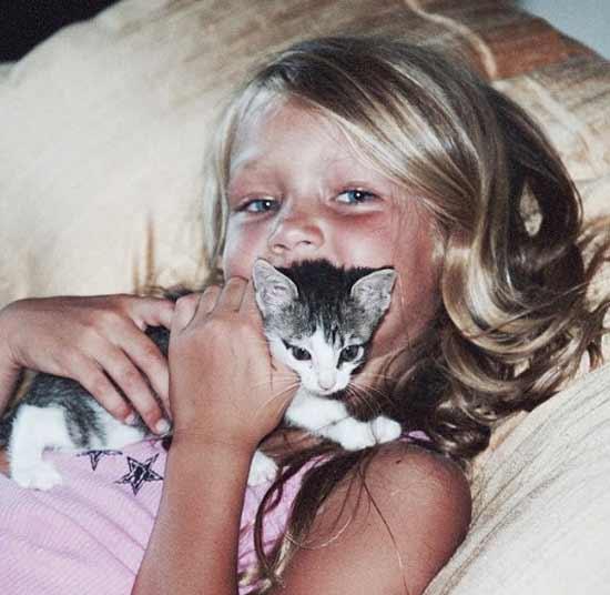 Джиджи с котиком в детстве