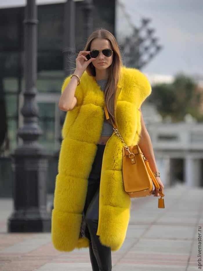 Ярко-желтый вариант в сочетании с кожаными брюками