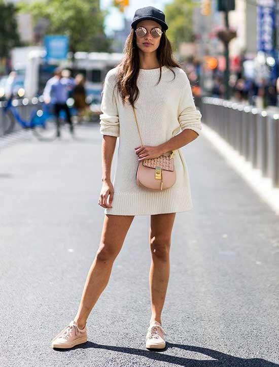 Трикотажное платье и спортивная обувь