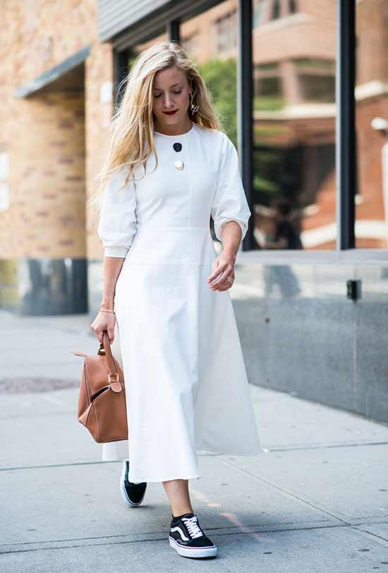Белое макси платье и кеды