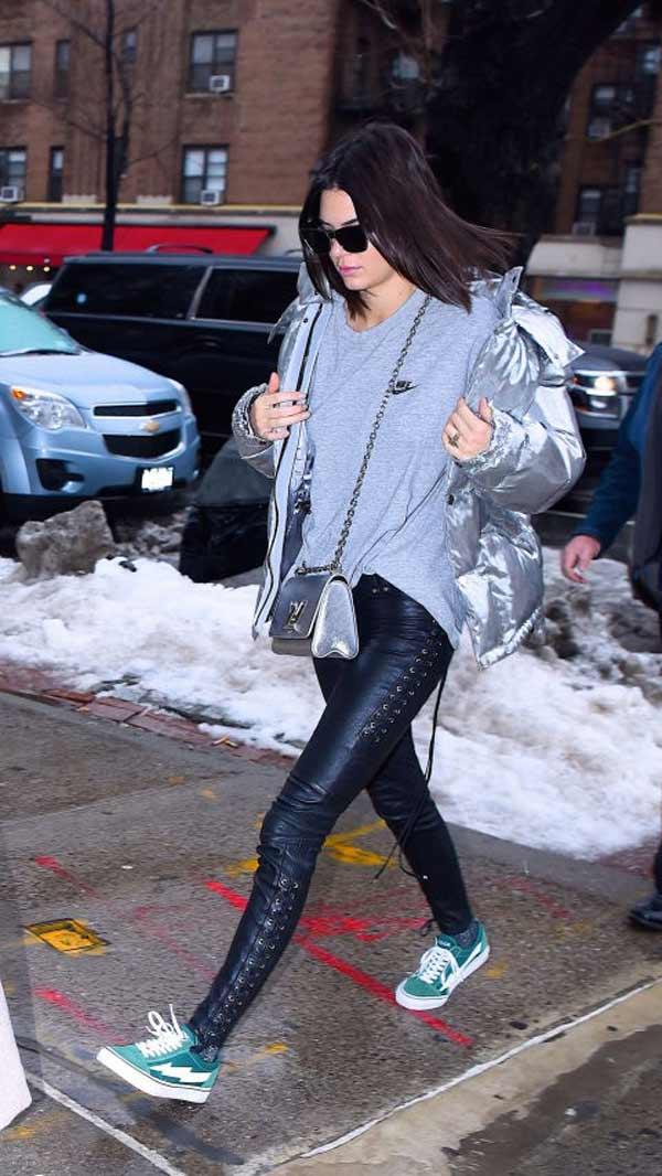 Кендалл в серебристой куртке+ футболка