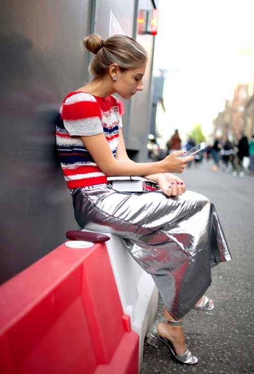 Блондинка в блестящем наряде