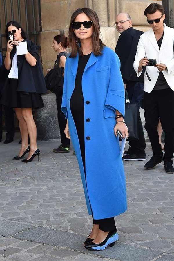 Синее весеннее пальто и аксессуары в тон