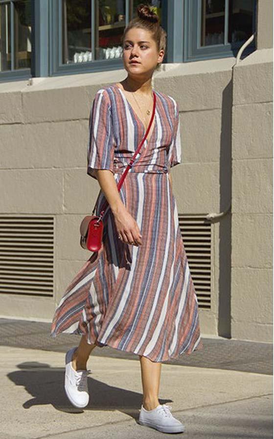 Платье с принтом + кроссовки