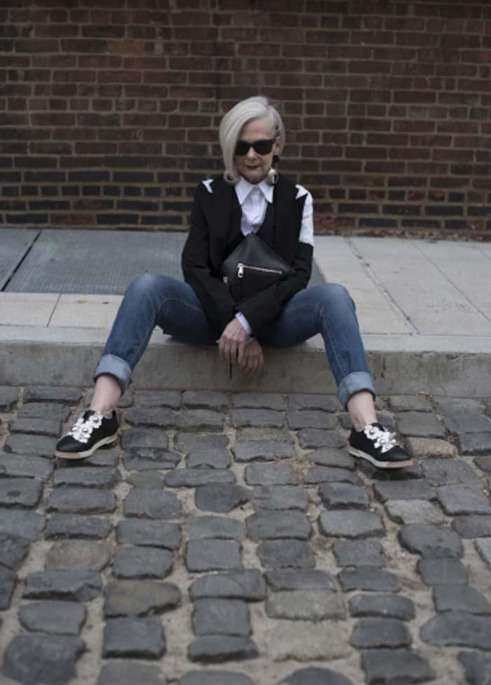 Лин в джинсах и черных очках