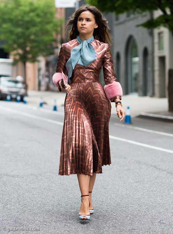 Платье, плиссировка, отделка рукавов розовым мехом