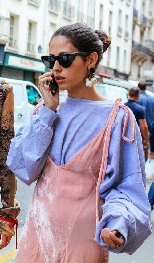 Розовое платье поверх голубого свитера