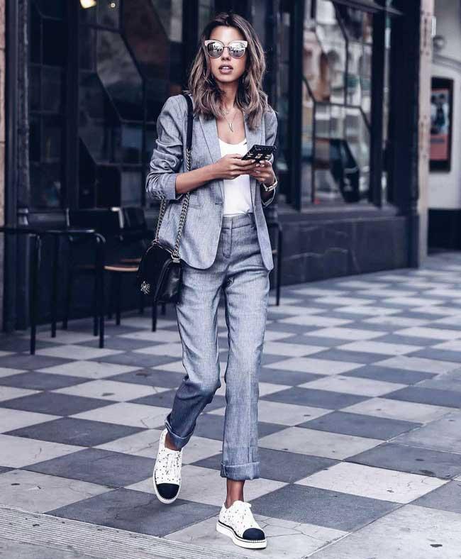 Модный серый костюм