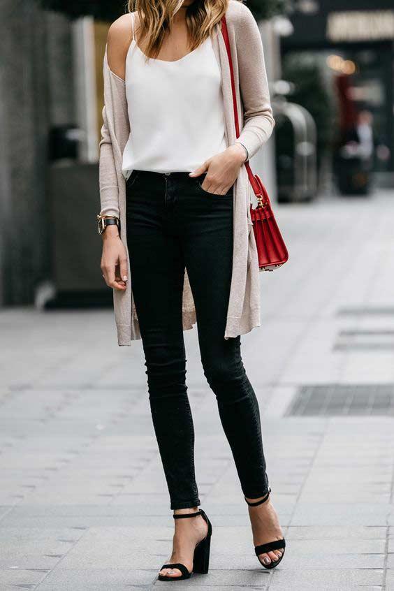 Кардиган нюд средней длины с черными джинсами