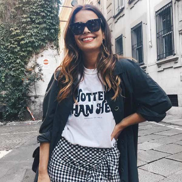 Стильный образ с модной футболкой