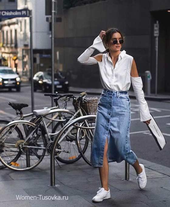 Деним юбка и белая модная блуза