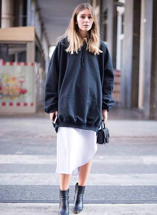 Большой свитер оверсайз с белой юбкой -образ