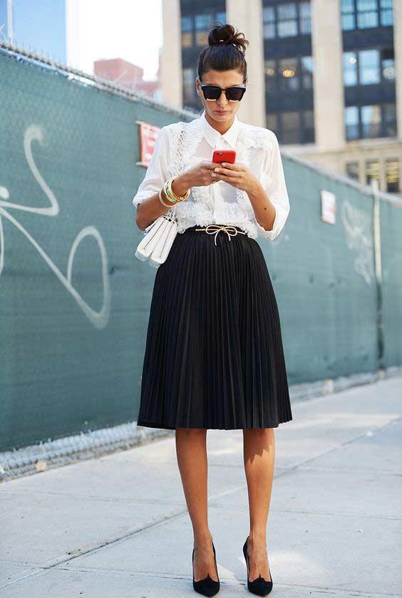 Черная юбка плиссе и кружевная блуза