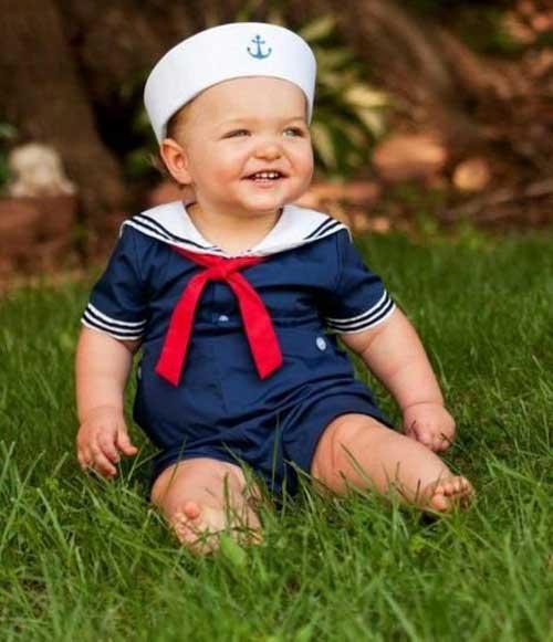 Ребенок одетый в морском стиле