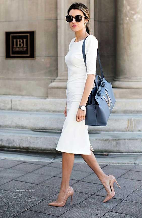 Белое платье и бежевые босоножки