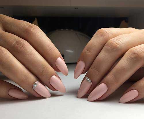 Розовый оттенок лака для светлой кожи