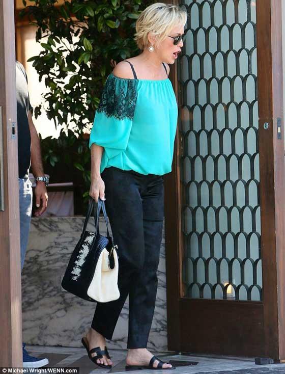 Светло-зеленая блуза, черные брюки, сандалии на плоском ходу
