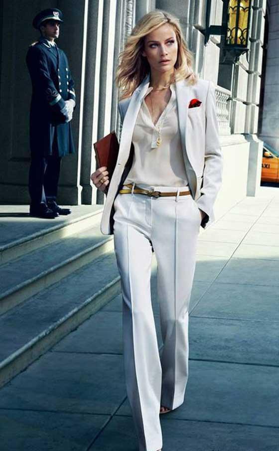 Строгий костюм с женственной обувью