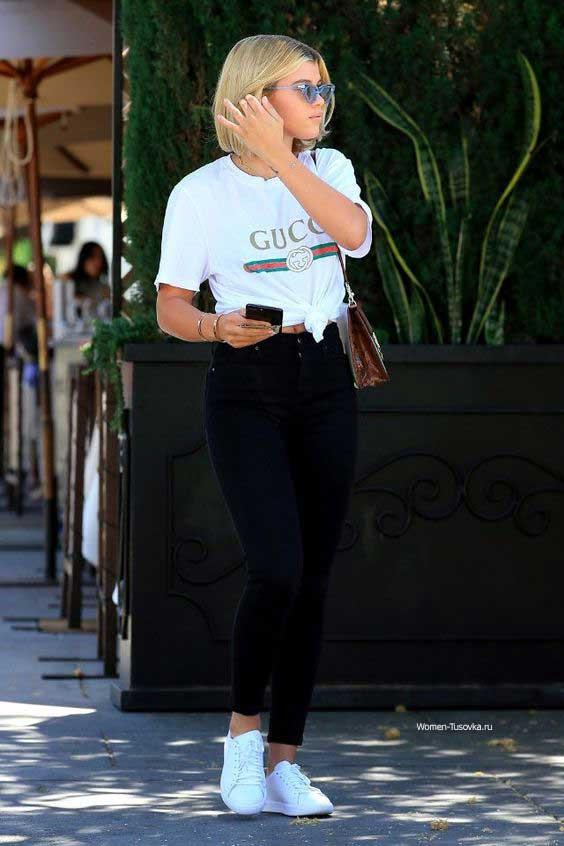Sofia Richie - черные джинсы и футболка Гуччи