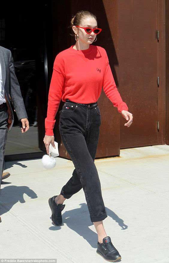 Джиджи Хадид в черных джинсах с высокой талией