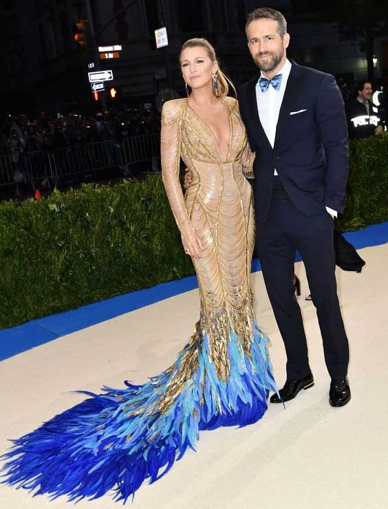 Blake Lively в Atelier Versace и Lorraine Schwartz jewelry и Ryan Reynolds 2017 Met Gala