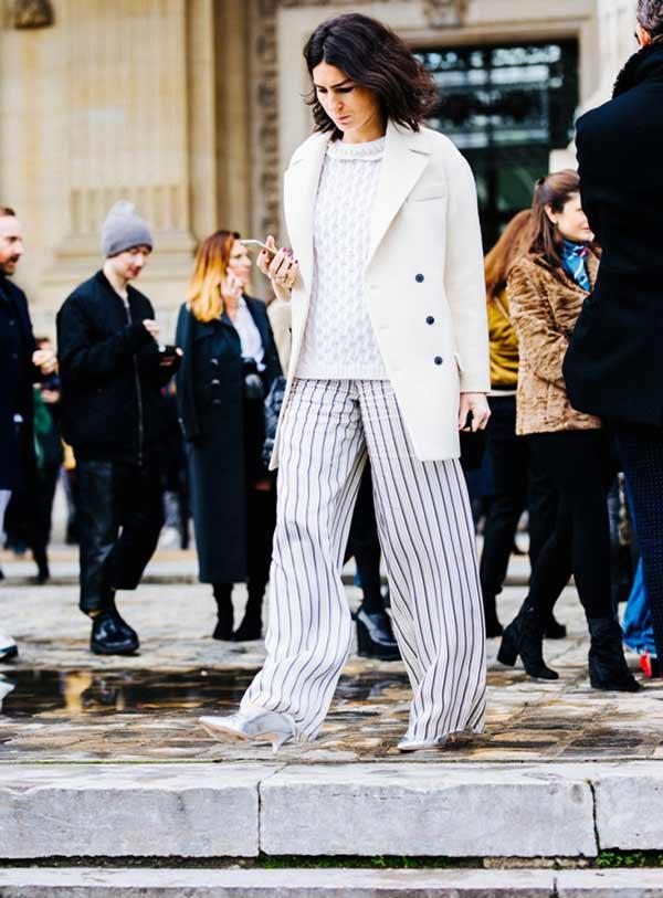 Белый блейзер и свободные брюки