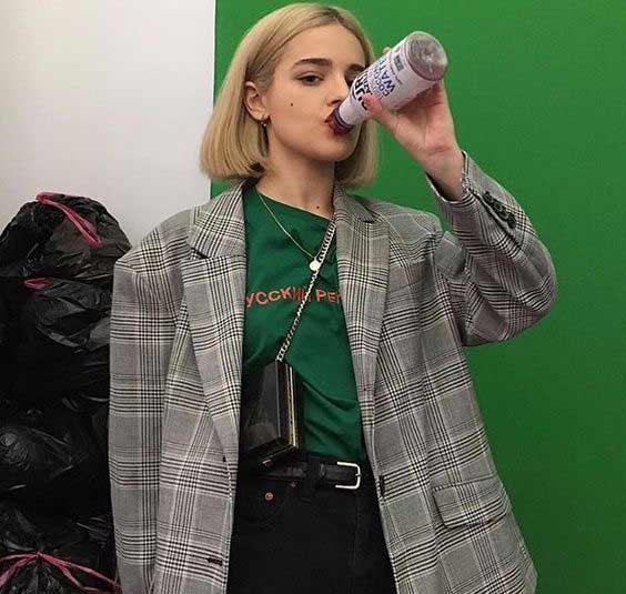 Серый пиджак в клетку + зеленая футболка