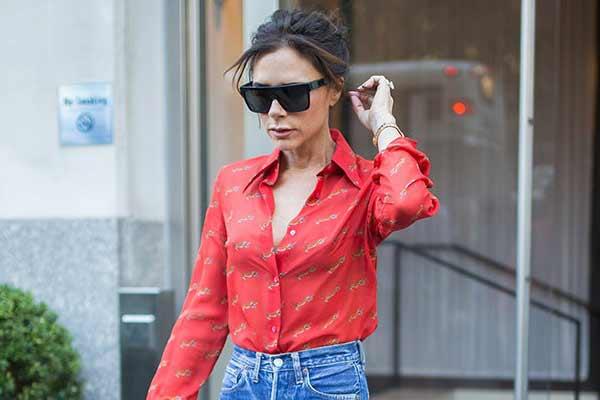 Минимализм со вкусом учимся у Виктории Бекхэм носит джинсы и юбку миди