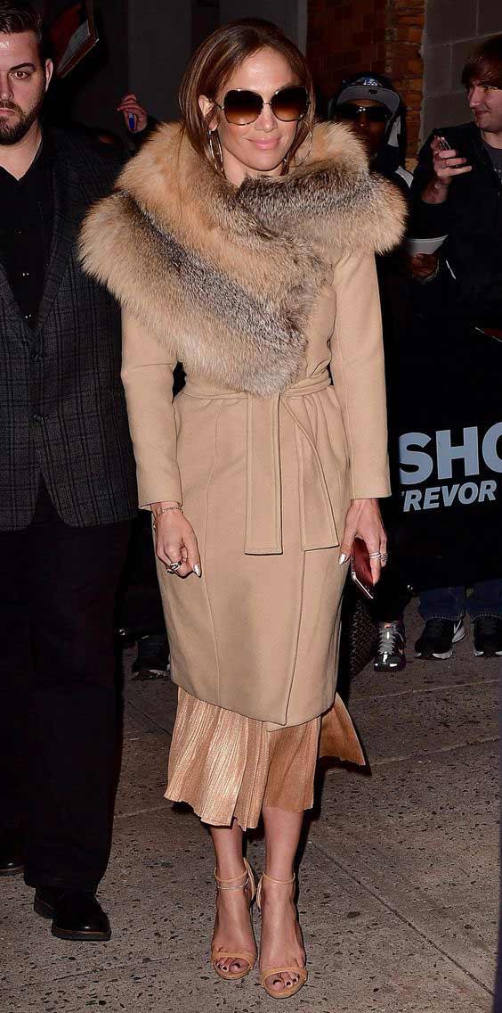 Дженнифер Лопес в нюдовом пальто