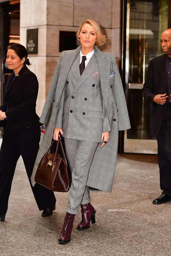 Blake Lively серый костюм с брюками и стильные аксессуары