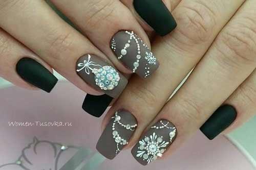 Серые снежинки на ногтях