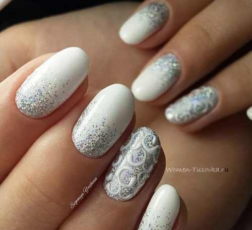 Белое покрытие и снежинки на ногтях
