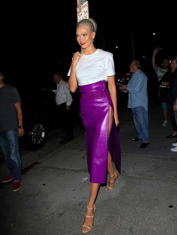Карли Клосс вмодной фиолетовой юбке