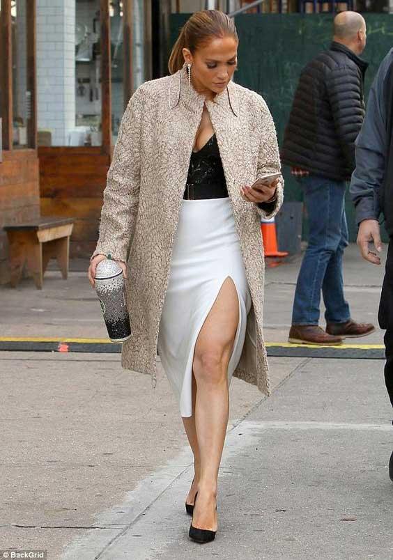Дженнифер Лопес в белой юбке-карандаш
