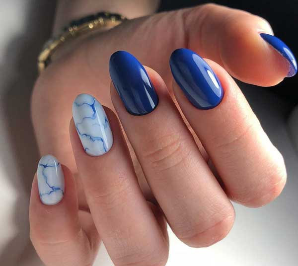 В синих оттенках - имитация камня на ногтях