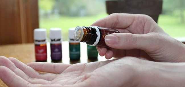 Наносим эфирные масла на расчёску