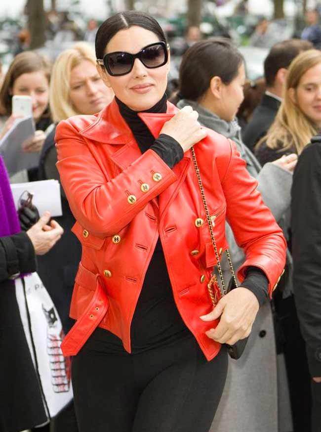 Моника в яркой куртке алого цвета