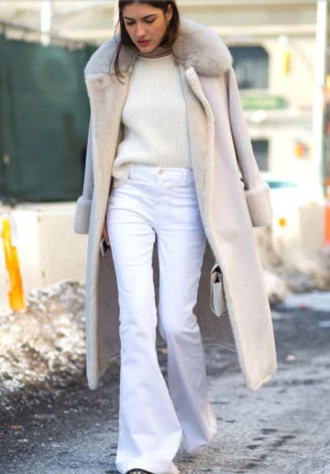 Белые расклешенные брюки + светлое пальто+ свитер