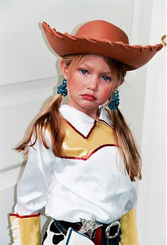 Джиджи в детстве в костюме
