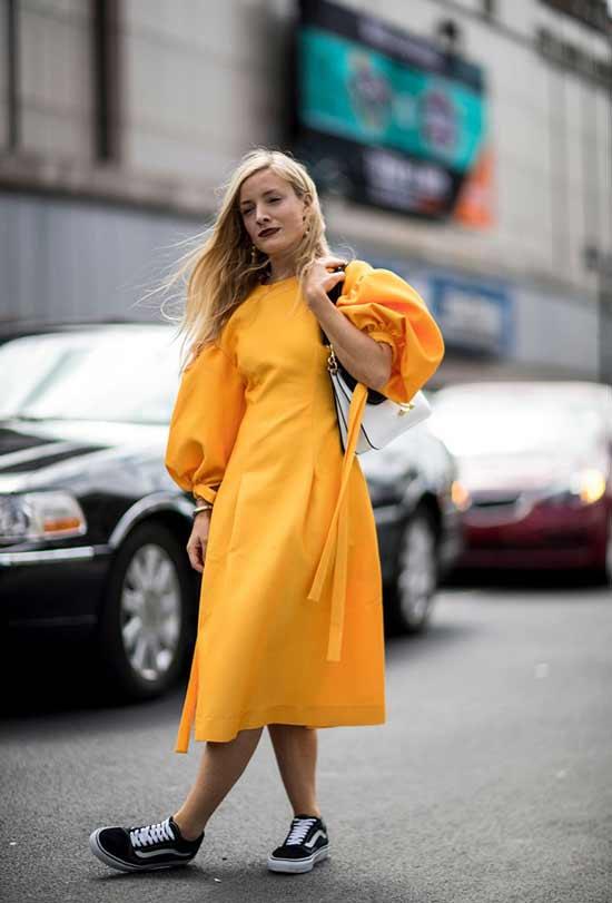 Яркий образ миди платье и кеды