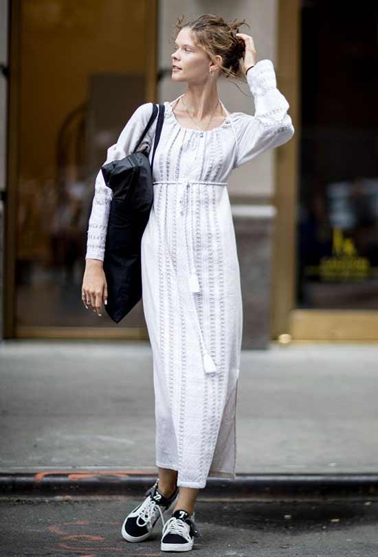 Модный образ платье и спортивная обувь