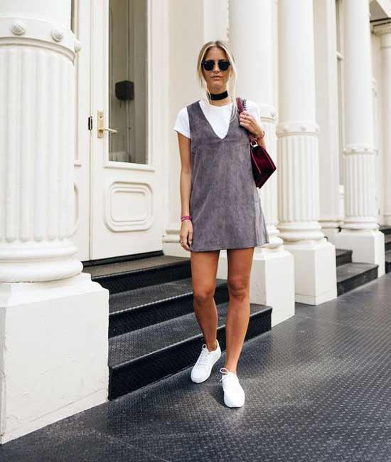 Ажурное мини платье, футболка и белые кеды